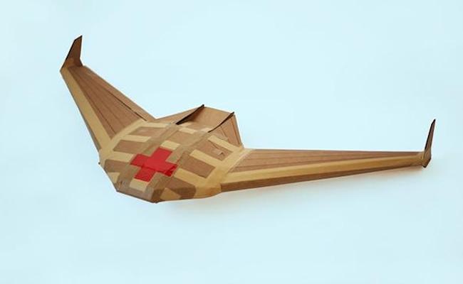 Un dron con plumas artificiales imita el vuelo de las aves